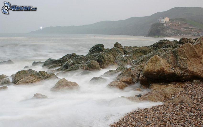 klippor i havet, stenig strand, dimma