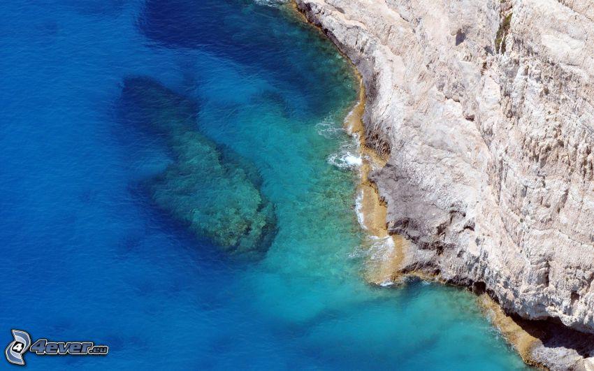 klippor vid kusten, azurblå hav