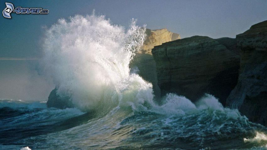 klippor vid kusten, stormigt hav, våg