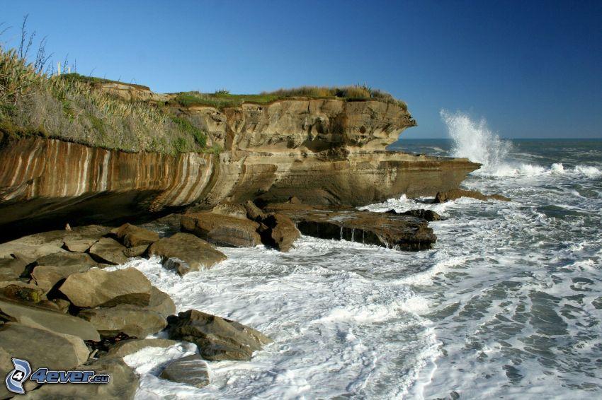 klippor vid kusten, stormigt hav