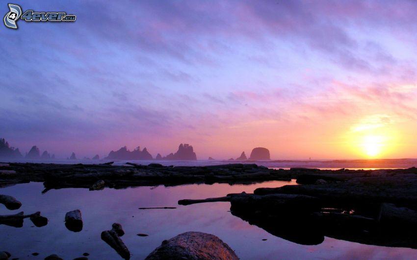 kust vid solnedgång, hav, lila himmel