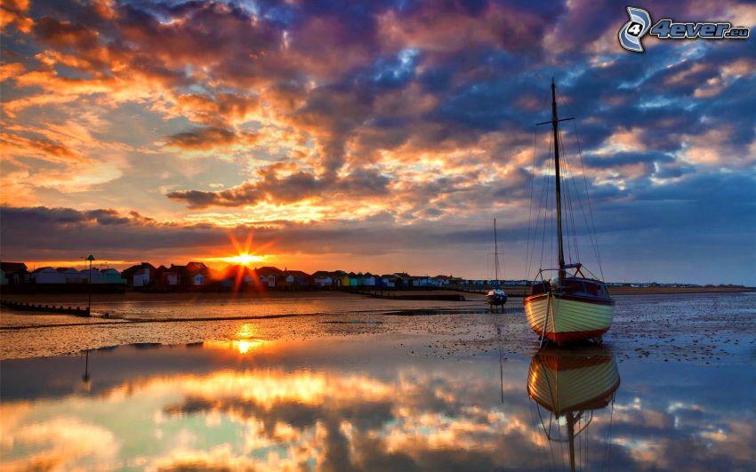 kust vid solnedgång, segelbåt, moln, ebb
