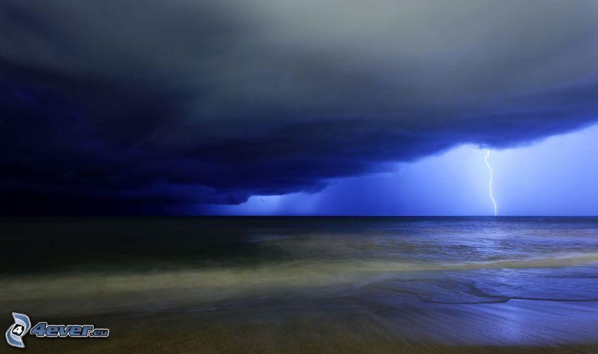 mörka moln över hav, blixt