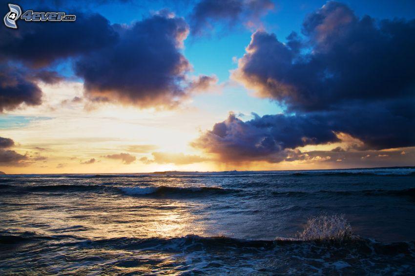 mörka moln över hav, hav, vågor