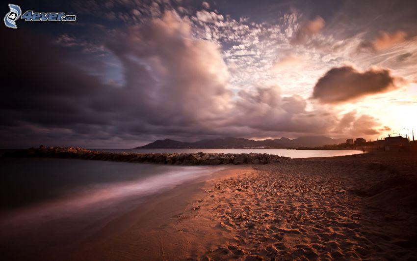 mörka moln över hav, strand
