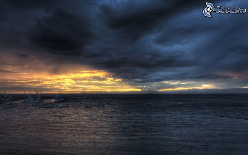 mörka moln över hav, yachthamn, storm