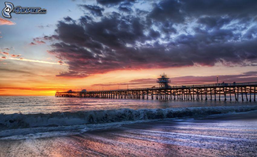 Oceanside Pier, Los Angeles, Kalifornien, strand i solnedgång, stormigt hav, våg