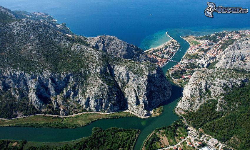 Omiš, Kroatien, klippor, flod, badort