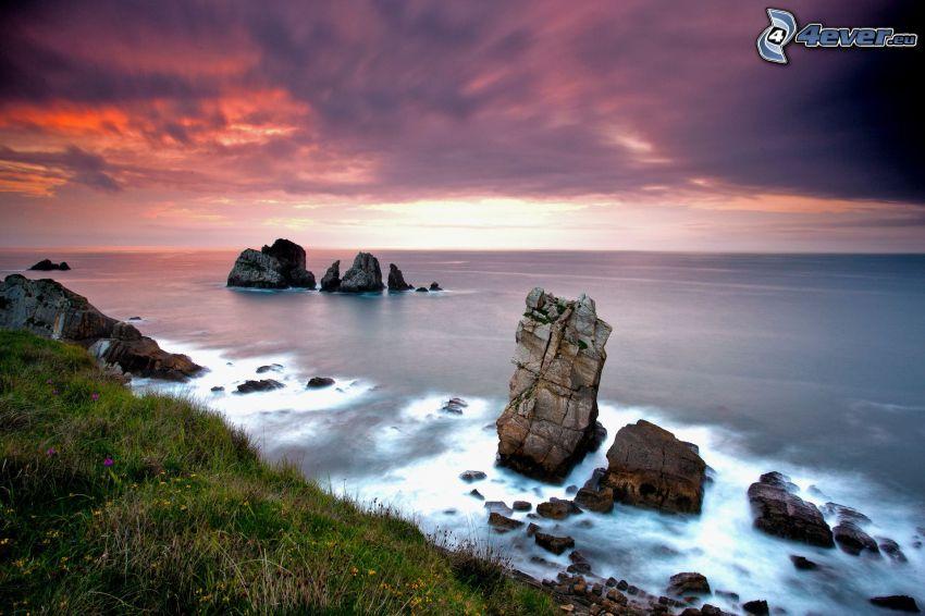 öppet hav, klippor i havet, lila himmel