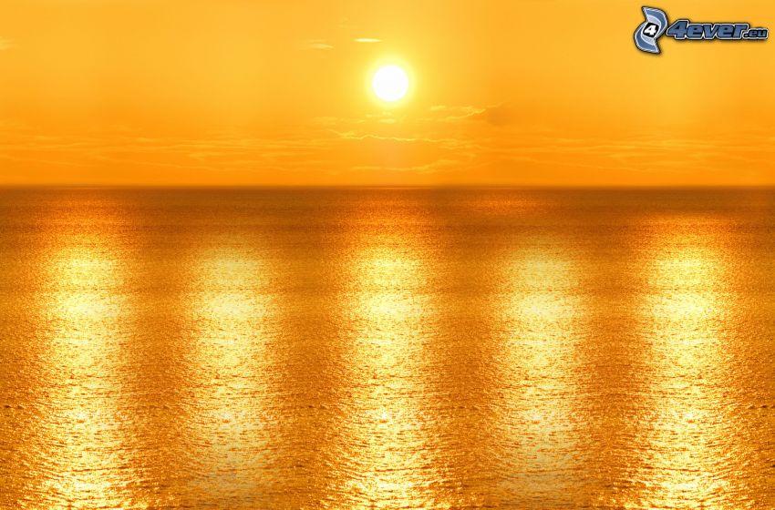 orange solnedgång över havet