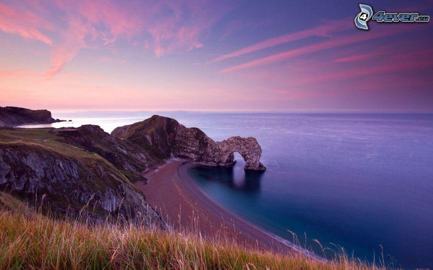 port av klippor i havet, kust, lila himmel