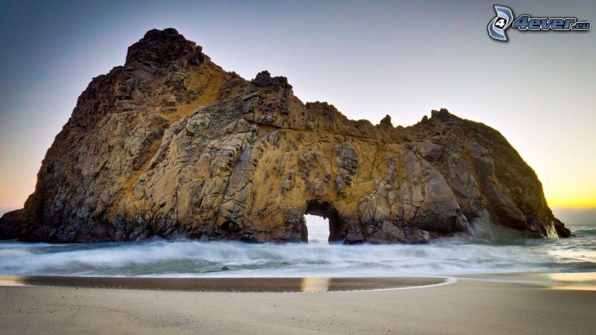 port av klippor i havet, sandstrand