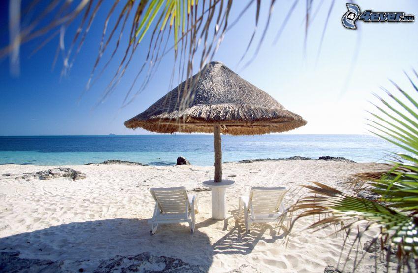 sandstrand, parasoll, solstolar, hav