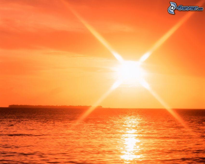 skinande orange sol, vatten, hav, ocean, strålar