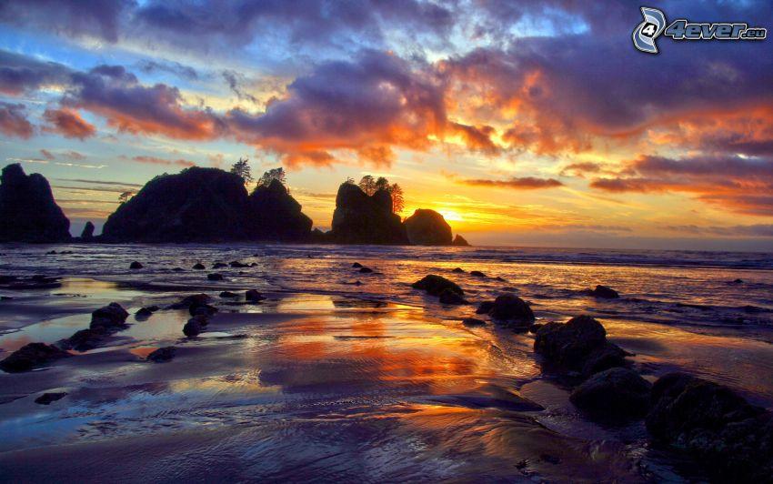 solnedgång bakom ö, klippor i havet, klippö, moln