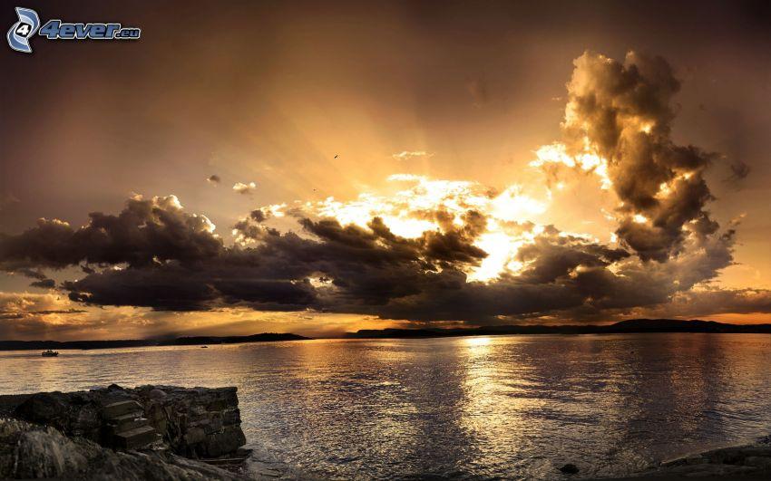 solnedgång i moln, solnedgång över hav
