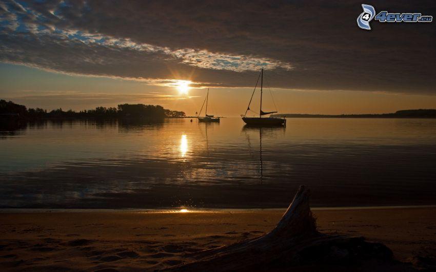 solnedgång över hav, båt på havet, strand