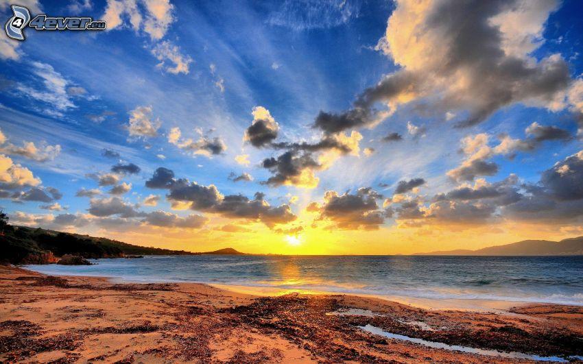 solnedgång över hav, moln, kust