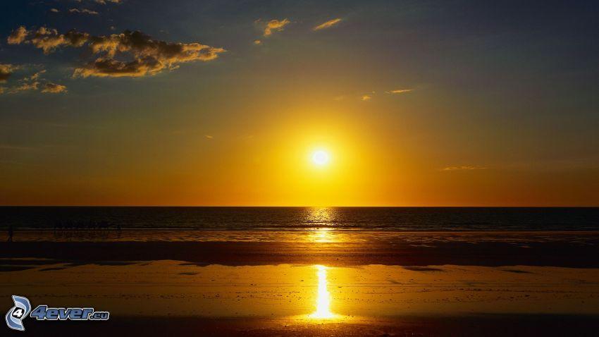 solnedgång över hav, strand i solnedgång