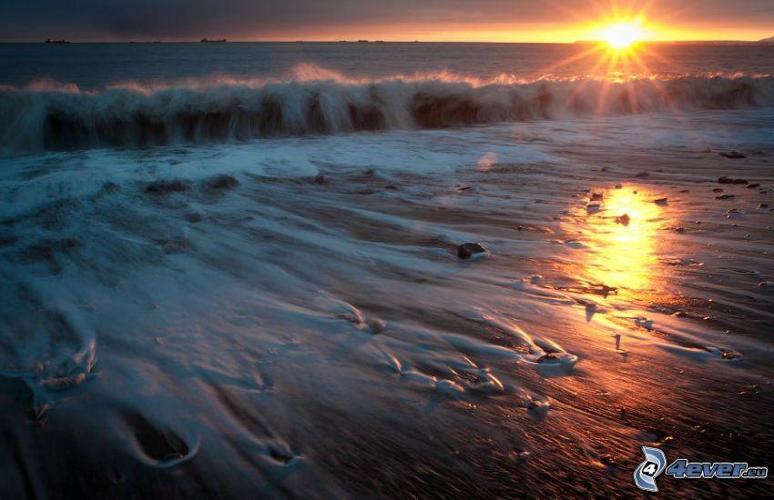 solnedgång över hav, våg