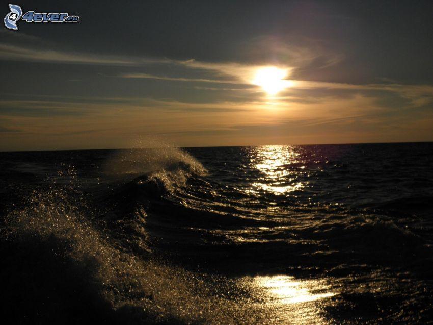 solnedgång över hav, vågor