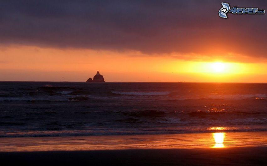solnedgång över havet, fyr på ö