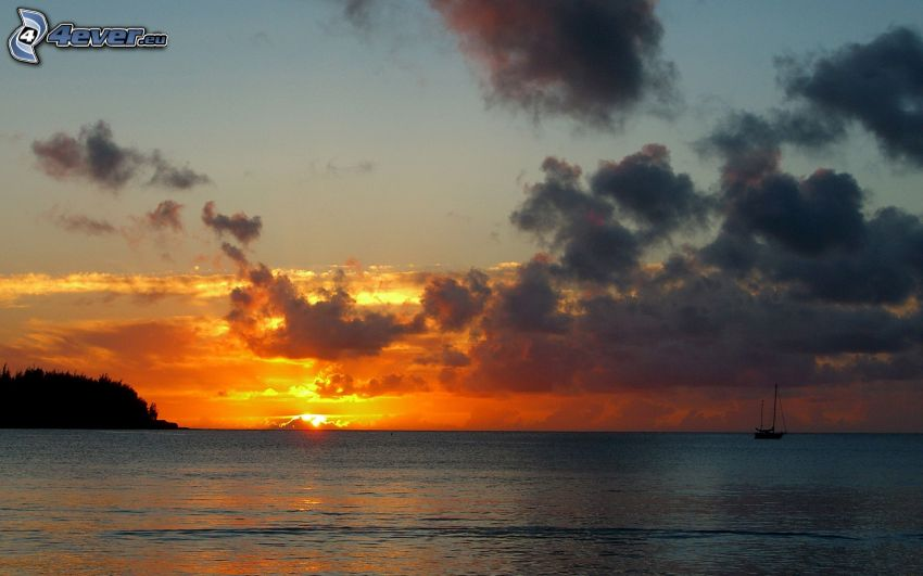 solnedgång över havet, kvällshimmel, båt på havet