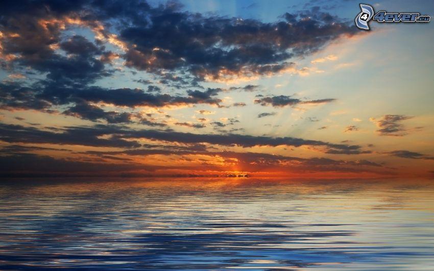 solnedgång över havet, kvällshimmel