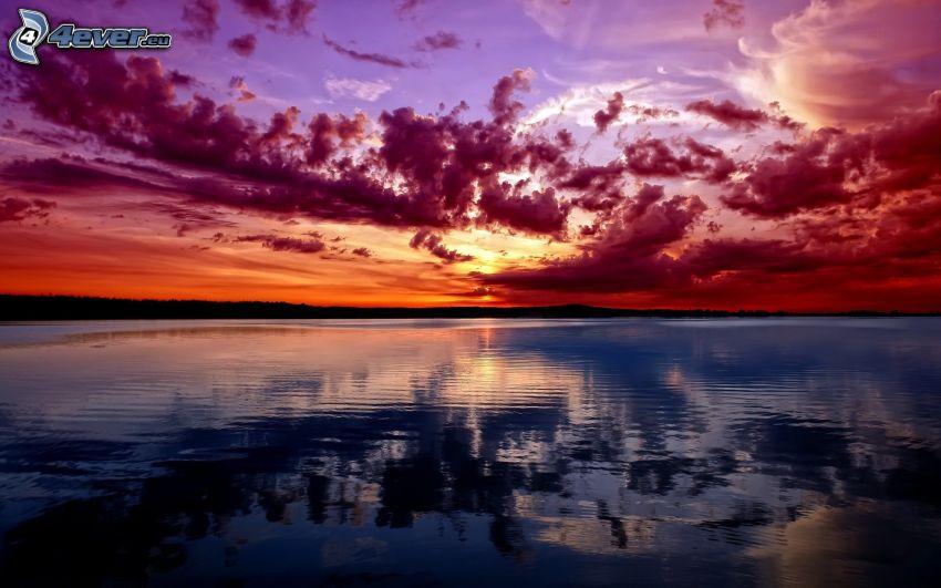 solnedgång över havet, röd himmel