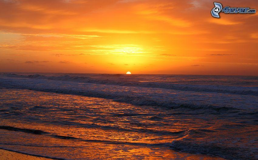 solnedgång över havet, sandstrand