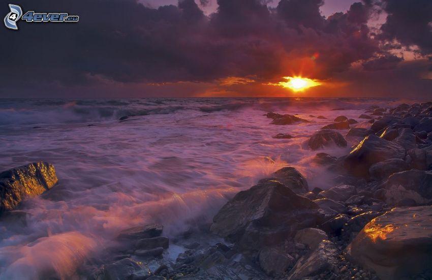 solnedgång vid havet, klippor i havet, klippstrand, moln