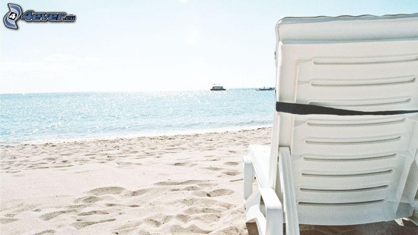solstol, sandstrand, hav