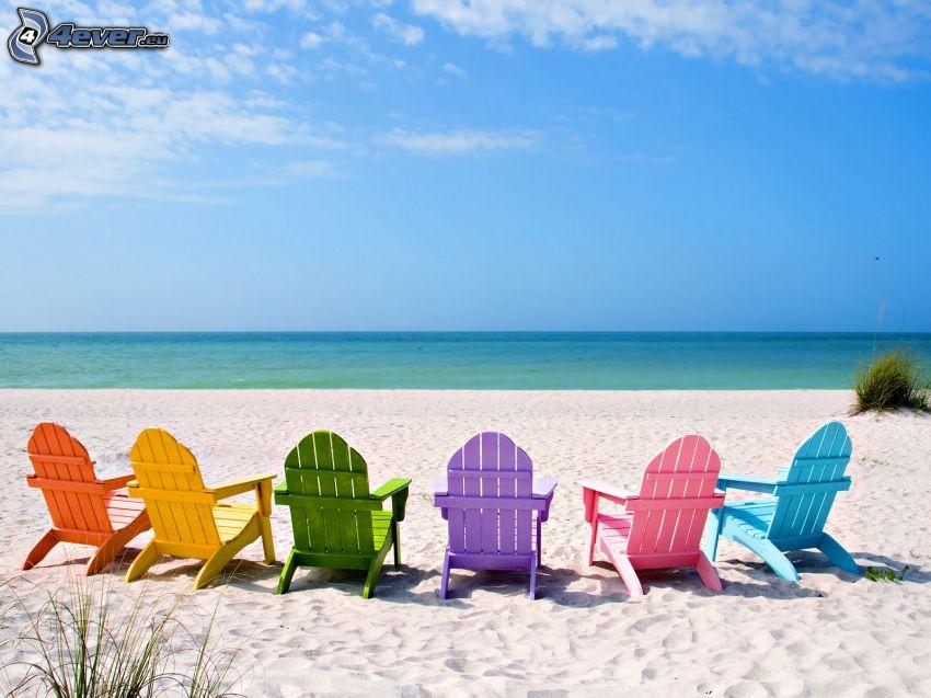 solstolar på stranden, öppet hav