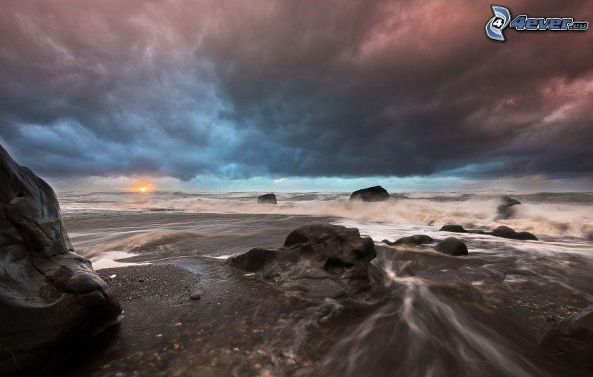 soluppgång, klippor i havet, moln