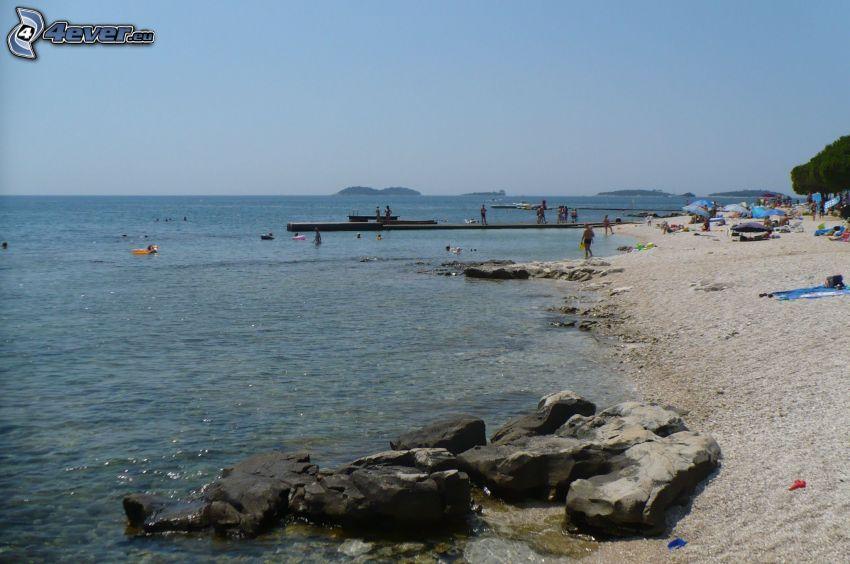 stenig strand, klippor i havet, brygga, Kroatien
