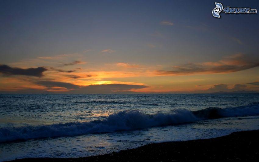 stormigt hav, kvällshimmel, våg