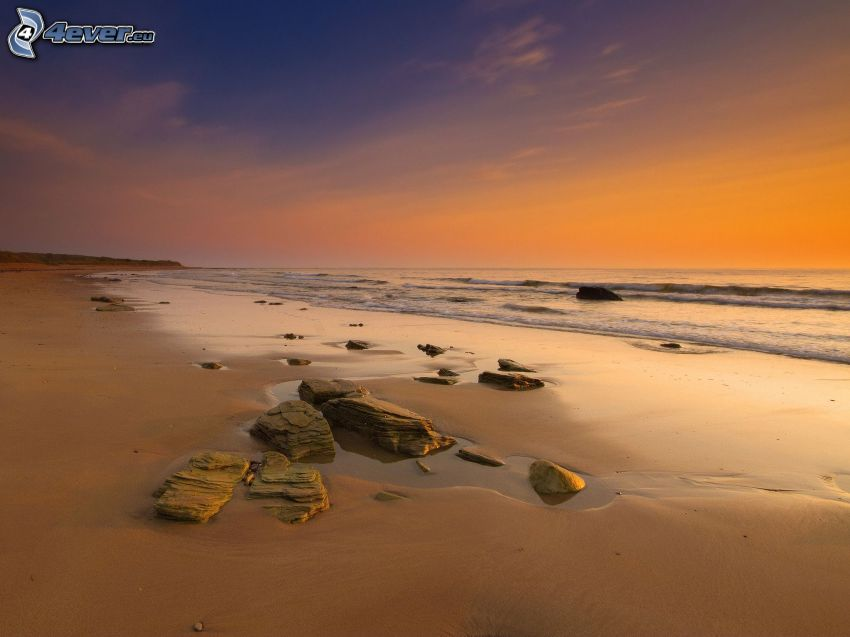 strand efter solnedgång, sandstrand, stenar