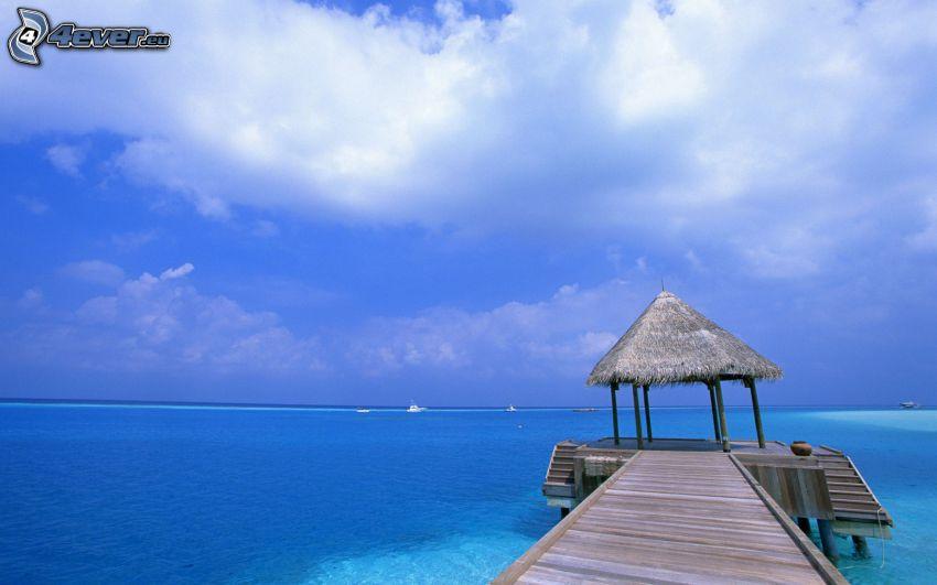 träbrygga, altan, grunt azurblå hav