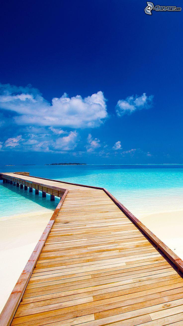 träbrygga, öppet hav, sandstrand