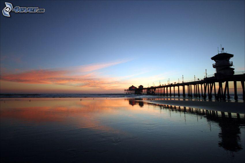 träbrygga, strand efter solnedgång, hav