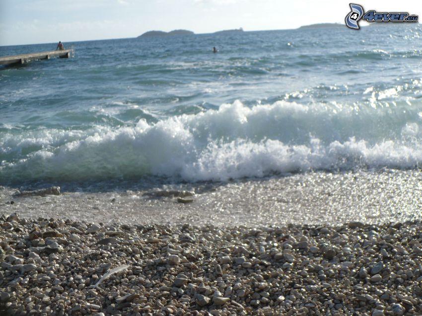 vågor vid kusten, stenig strand, hav