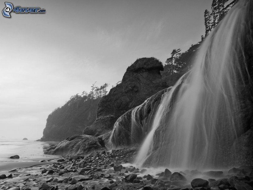 vattenfall, klippor, klippstrand, svartvitt foto