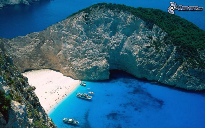 vik på ön Zakynthos, båtar, azurblå hav, kust, semester
