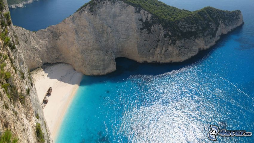 vik på ön Zakynthos, klippor vid kusten, azurblå hav, strand