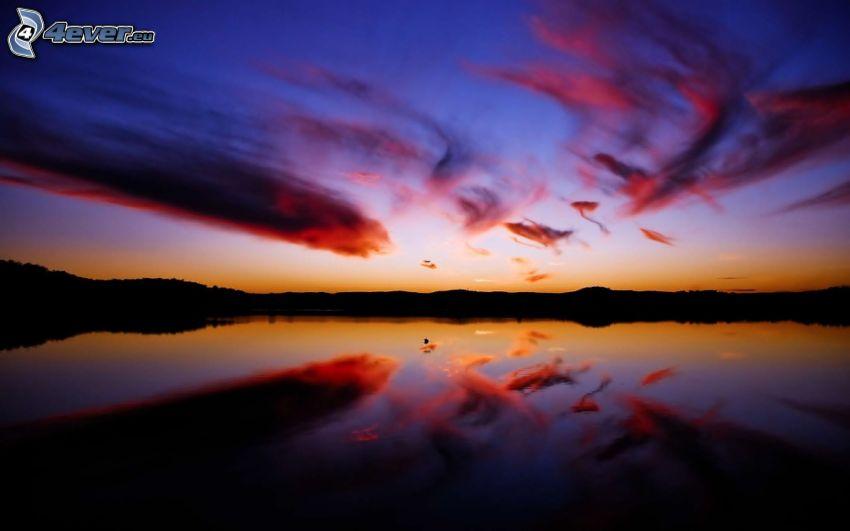 lila solnedgång, vattenyta