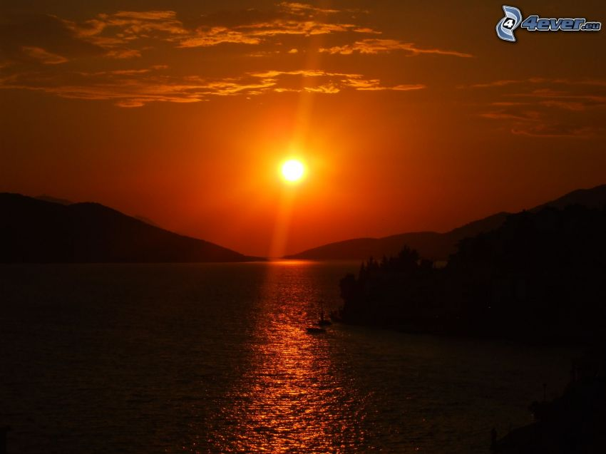 orange solnedgång, stor sjö