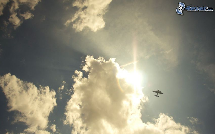 sol bakom molnen, flygplan på himlen