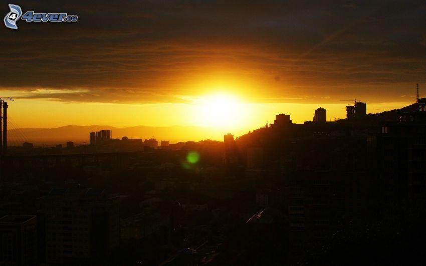solnedgång, silhuett av stad