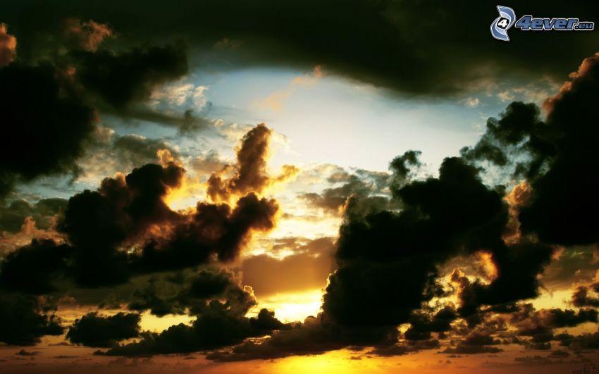 solnedgång i moln, mörka moln