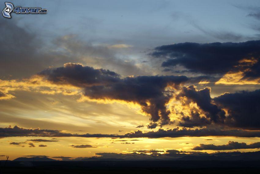 solnedgång i moln